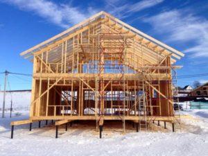 Дом зимой построить лучше