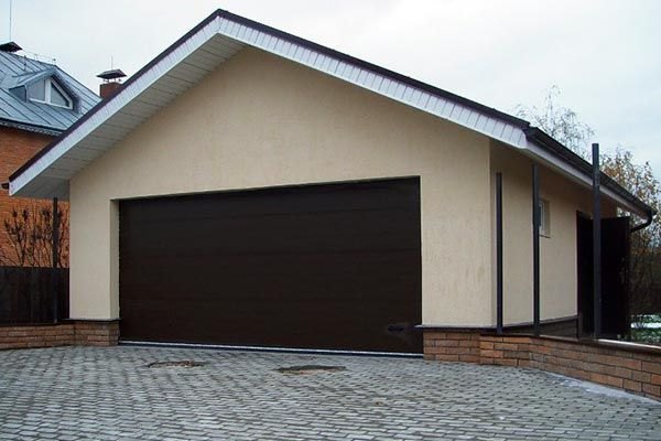 Оштукатуренные стены гаража из панелей